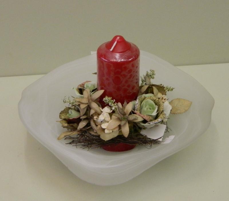 Kerze auf Glasschale